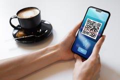 Развертка мобильного телефона кода QR на экране Концепция дела и технологии стоковое фото