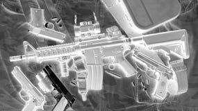 Развертка рентгеновского снимка обнаруживает оружие оружия в преступниках кладет в мешки в авиапорте, скрининге багажа стоковое фото rf