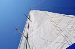 Развертыванное небо mainsail голубое стоковые фотографии rf