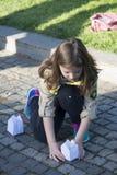 Разведчик детенышей подготавливая бумажные света Стоковая Фотография RF
