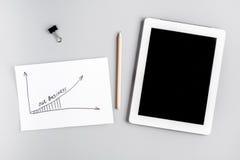 Развитие бизнес-плана с модель-макетом взгляд сверху предпосылки таблетки и стола графика Стоковая Фотография