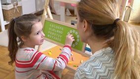развитие детства предыдущее Время маленькой девочки уча с игрушкой часов дома видеоматериал