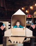 Развитие образования и идеи ребенк Счастливый День независимости США Малая игра в бумажной ракете, детство мальчика сновидение стоковое фото