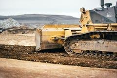 Развитие строительной площадки шоссе с землей бульдозера moving, почвой и землей выравнивать стоковое изображение rf