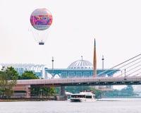 Развлечения в большом городе - прогулка на яхте на озере, полет дневного времени воздушного шара над городком стоковое изображение rf