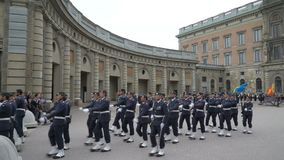 Развод предохранителя на королевском дворце в центральном Стокгольме акции видеоматериалы