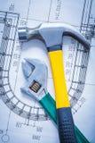 Разводной гаечный ключ молотка с раздвоенным хвостом на конструкции Стоковые Фото