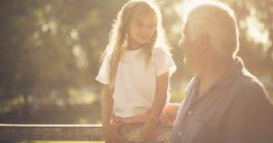 Разговор между 2 поколениями стоковое изображение