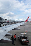 Разгржать багажа от воздушных судн Air Asia Стоковые Фотографии RF