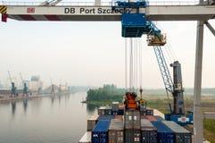 Разгржать контейнеровоз в морском порте Stetting, Польша Стоковая Фотография RF