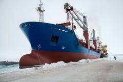 Разгржать корабль на льде стоковые фото