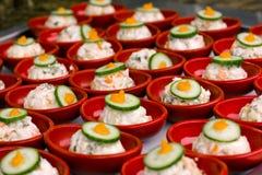 Разделайте салат с майонезом в красной плите, украшенной с p Стоковые Изображения RF