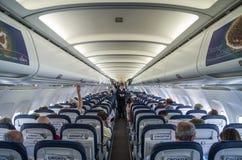 РАЗДЕЛЕНИЕ, ХОРВАТИЯ - 6-ОЕ МАРТА 2015: Пассажиры внутри аэробуса A320 авиакомпаний Хорватии во время предполетной демонстрации б стоковое фото