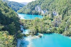 Разделенные ровные озера внутри национальный парк озер Plitvice, в Хорватии стоковое фото