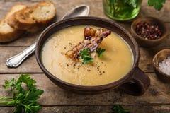 Разделенный желтым цветом суп горохов с зажаренным беконом стоковая фотография rf