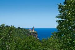 Разделенный маяк утеса исторический на скале над северным берегом Lake Superior стоковое фото