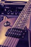 Разделите электрическую гитару и классический усилитель на темной предпосылке Стоковое фото RF