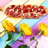 Разделочная доска, бекон и чеснок на красочной предпосылке grocer стоковое изображение