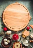 Разделочная доска пиццы на таблице Стоковые Фото
