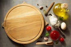 Разделочная доска пиццы на таблице Стоковое Фото