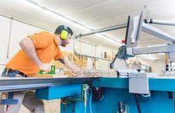 Разделочная доска плотника с пилой таблицы Стоковые Изображения