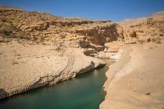 Разделять в утесе с водой на вадях Bani Khalid Омане стоковое изображение rf