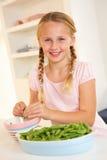 разделять горохов кухни девушки счастливый стоковая фотография rf