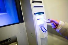 Разделять деньги от ATM стоковое изображение