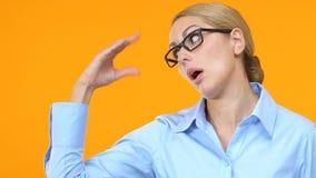 Раздражанная бизнес-леди показывая скучный скучный жест, недоверчивую информацию акции видеоматериалы