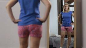 Раздражанная женщина смотря себя в зеркале акции видеоматериалы