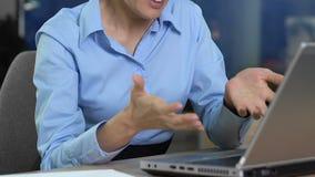Раздражанный женский менеджер отправляя электронную почту, напряженное сообщение с клиентами сток-видео