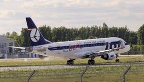 РАЗДРОБИТЕ польские воздушные судн на участки Embraer ERJ170-200LR авиакомпаний подготавливая для взлета от взлётно-посадочная дор Стоковое Изображение
