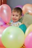 раздувает мальчик играя детенышей Стоковые Фото