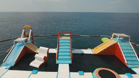 Раздувное аквапарк в море bali Индонесия акции видеоматериалы