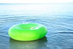 Раздувное кольцо плавая на морскую воду каникула территории лета katya krasnodar стоковые фотографии rf