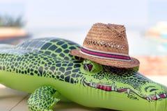 Раздувной крокодил с соломенной шляпой стоковые изображения