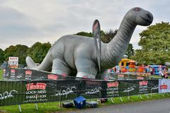 Раздувной Nessie, на финишной черте марафона Лох-Несс стоковое изображение rf