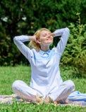 Раздумье изо дня в день Причины вы должны размышлять каждый день Освободите ваш разум Девушка размышляет на луге травы зеленого ц стоковые фото