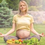 Раздумье и релаксация беременной женщины практикуя в природе Стоковые Фотографии RF