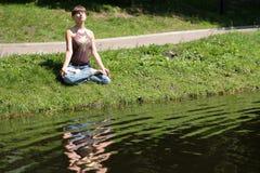 раздумье около воды Стоковое фото RF