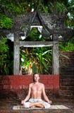 раздумье около йоги виска Стоковые Фотографии RF