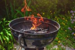 Разжигать древесина в гриле для барбекю outdoors Стоковые Изображения