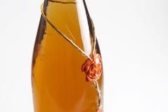 разлейте вино по бутылкам Стоковые Изображения RF