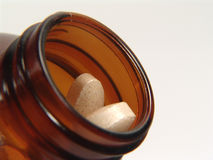 разлейте витамин по бутылкам стоковые изображения