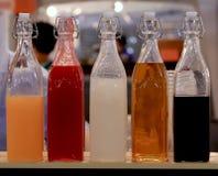Разлейте напиток по бутылкам, спирт стекла бутылки с водой красочный на пиве бара на время ночной жизни питья партии Стоковые Фотографии RF