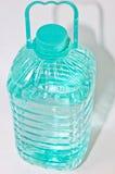 разлейте пластичную воду по бутылкам Стоковое Фото