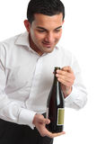 разлейте представлять по бутылкам вино кельнера Стоковая Фотография