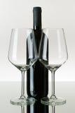 разлейте пустые рюмки по бутылкам вина красного цвета 2 Стоковая Фотография RF