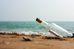разлейте сообщение по бутылкам Стоковые Изображения RF