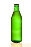 разлейте холодную минеральную вода по бутылкам стоковое изображение